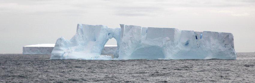 Айзберг перед побережьем Антарктики