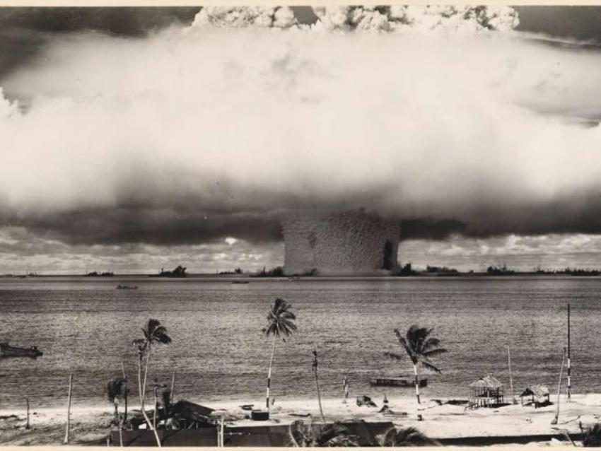 Подводный взрыв при испытании атомной бомбы в атолле Бикини