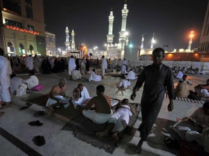 Пилигриммы отдыхают перед мечетью