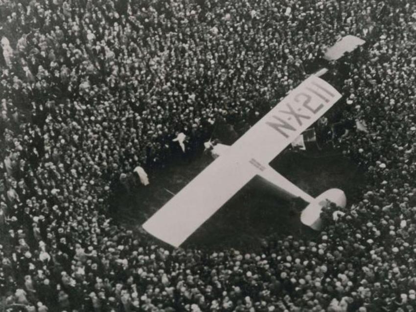 Чарльз Линденберг первым пересек Атлантику. На этом фото он принимает ванну в своем самолете среди толпы!