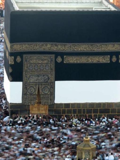 Мусульмане совершают ритуальный обход вокруг Каабы. Храм нужно обойти семь раз