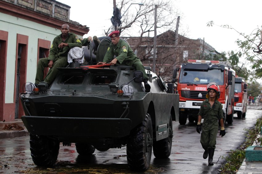 Солдаты и спасатели в Сантьяго-де-Куба