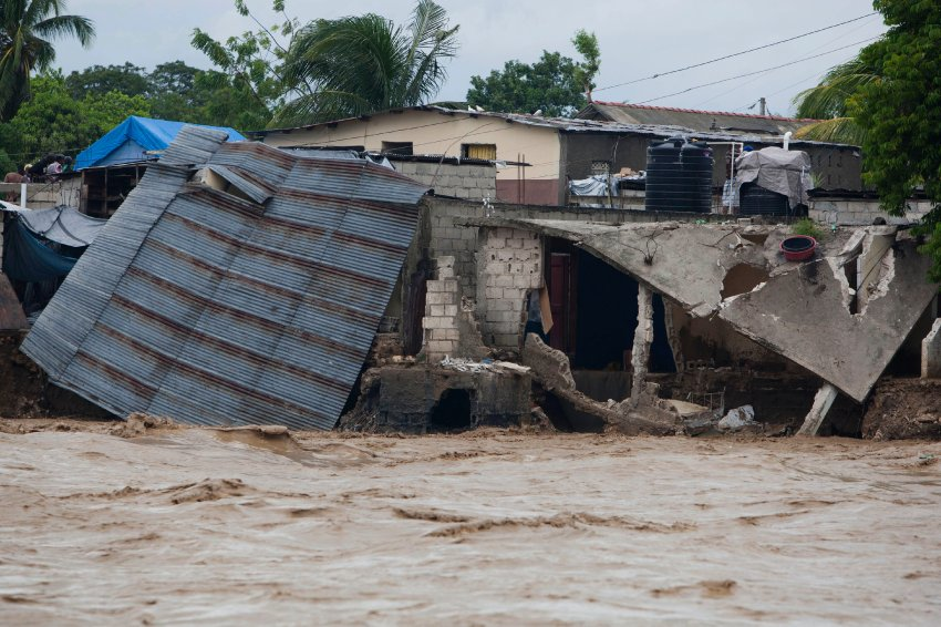 Разрушенные дома на Гаити