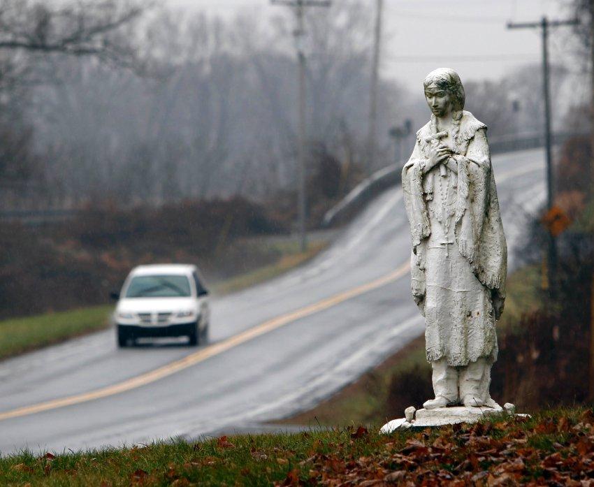 Статуя Катери у дороги