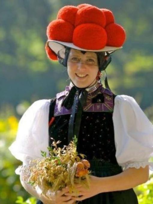 Символ Шварцвальда шляпа Bollenhut с клубками шерстяных ниток