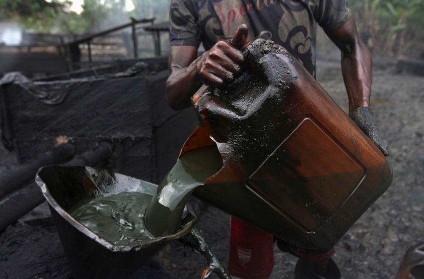 Очищенная нефть переливается для транспортировки в бочки.