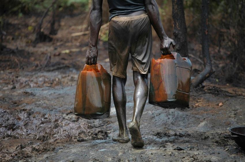 Очищенная нефть продается на рынке по 150 долларов за бочку. Больше всего приходится платить местной полиции.