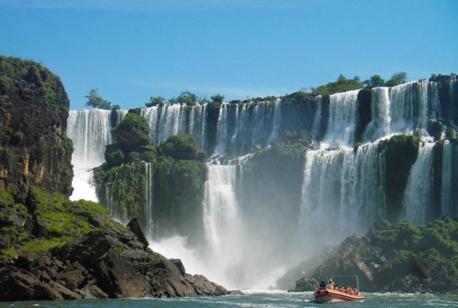 Самый большой в мире - Игуасу, на границе Бразилии и Аргентины