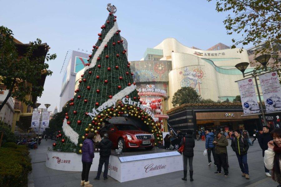 Елка рядом с торговым центром в Шанхае