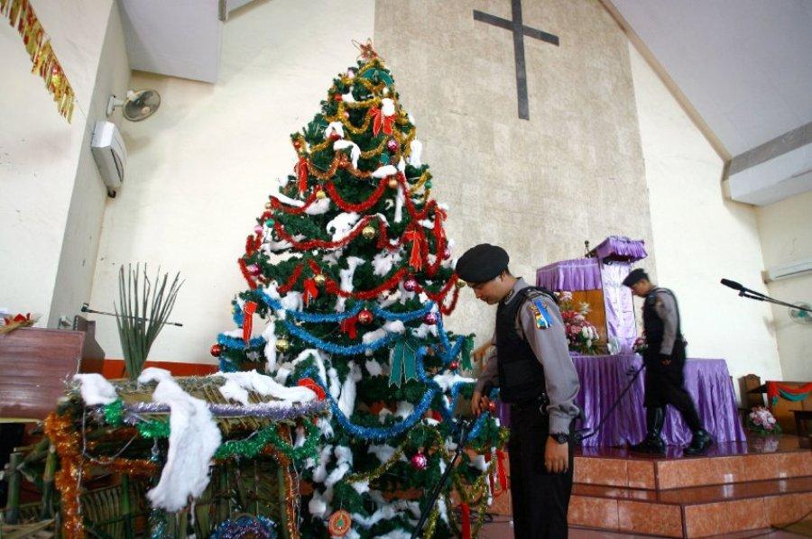 В Индонезии полиция опасается терроритсических актов против христиан. Служащие проверяют, нет ли в церкви бомб