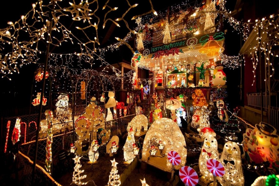 Многие хозяева частных домов так любят рождество, что украшают свои жилища, не зная чувства меры. Этот дом в Торонто, Канада утонул в рождественских украшениях.