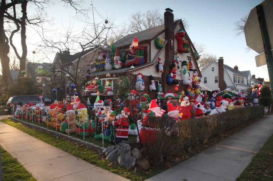Рождественский китч Америки. Один из домов в местечке Греат Нек, Лонг-Айленде, Нью-Йорк почти полностью укрыт рождественскими украшениями. Американский любитель Рождественской атмосферы и вокруг всего дома расставил Санта Клаусов и снеговиков.