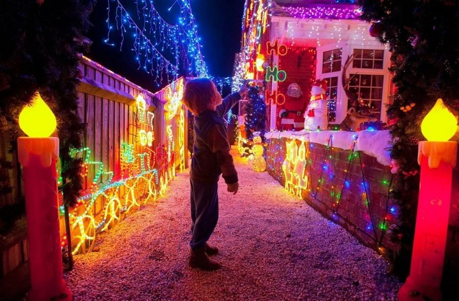 Улица Байрон Клоз в Нью Милтон, Великобритания, со светящимися и поющими снеговиками. Видимо, для местных жителей оплата счетов за электроэнергию проблемой не является. Хозяева домов счастливы, когда зажигаются все огни.
