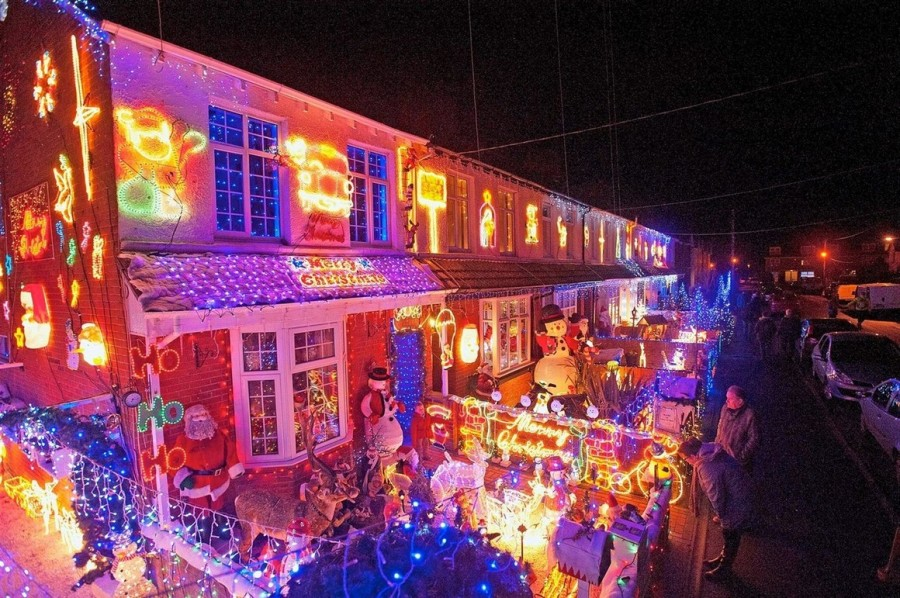 Рождественские освещение в Великобритании. Уже лет десять как тысячи людей приезжают посмотреть рождественское освещение улицы Байрон Клоз в Нью Милтон, Великобритания.
