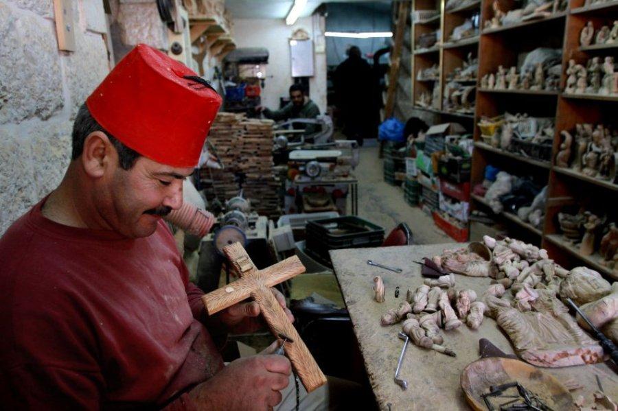 Владелец сувенирной лавки тоже рад Рождеству. Вифлеем.