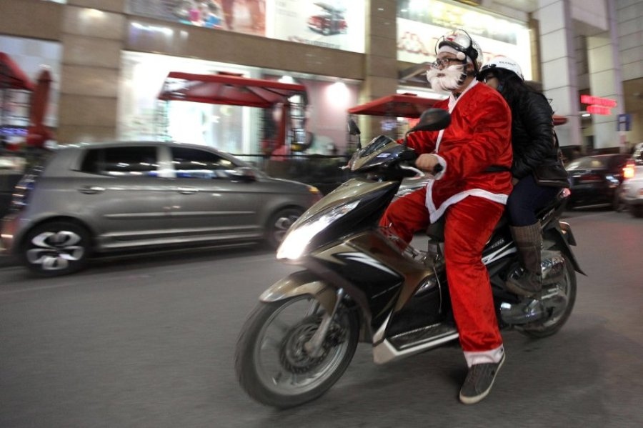 Во Вьетнаме Санта Клаусы ездят на мотоциклах