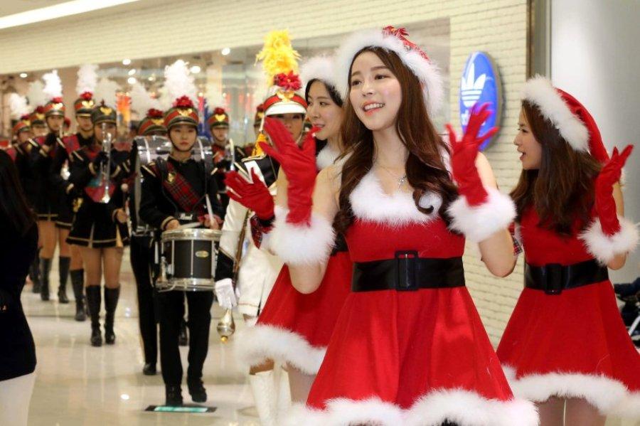 Кто сказал, что Санта Клаус должен быть обязательно мужчиной?  Рождество в Сеуле (Южная Корея)